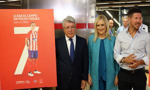 Enrique Cerezo, Cristina Cifuentes y Diego Pablo Simeone junto al cartel de la línea Griezmann, la 7