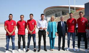 Koke, Griezmann, Gabi, Simeone, Cristina Cifuentes, Enrique Cerezo, Saúl y Torres posan delante del Wanda Metropolitano