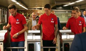 Saúl, Torres y Griezmann pasan el billete por el torno de la Estación de Las Musas