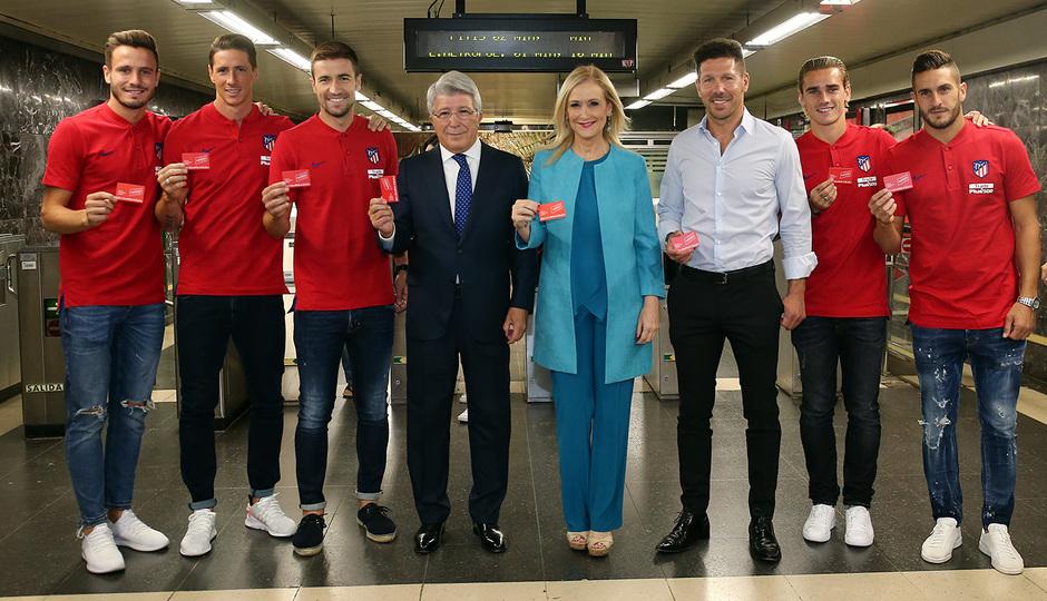 Foto de familia con la nueva tarjeta de transporte público del Consorcio de Transportes de Madrid