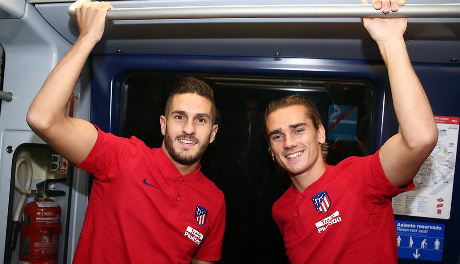 Koke y Griezmann, durante el trayecto desde la Estación de Las Musas hasta la del Estadio Metropolitano
