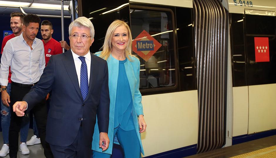 Enrique Cerezo y Cristina Cifuentes salen del vagón del metro en la Estación Estadio Metropolitano