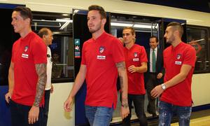 Torres, Saúl, Griezmann y Koke salen del vagón de metro en la Estación Estadio Metropolitano