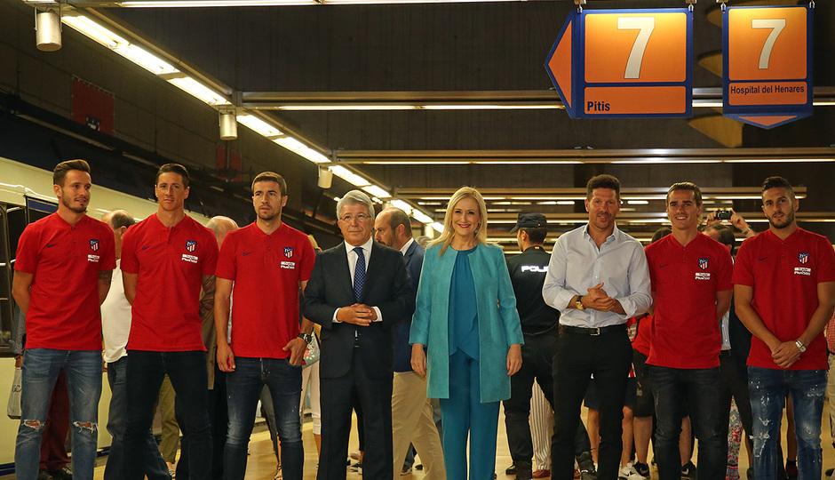 Saúl, Torres, Gabi, Enrique Cerezo, Cristina Cifuentes, Simeone, Griezmann y Koke posan a la llegada a la Estación Estadio Metropolitano