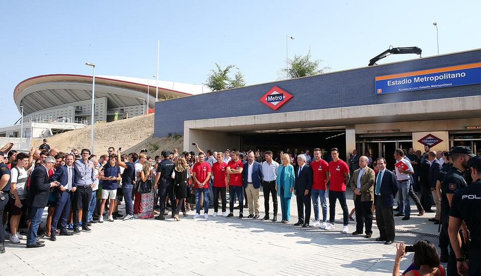 Foto de familia en la puerta de la Estación Estadio Metropolitano