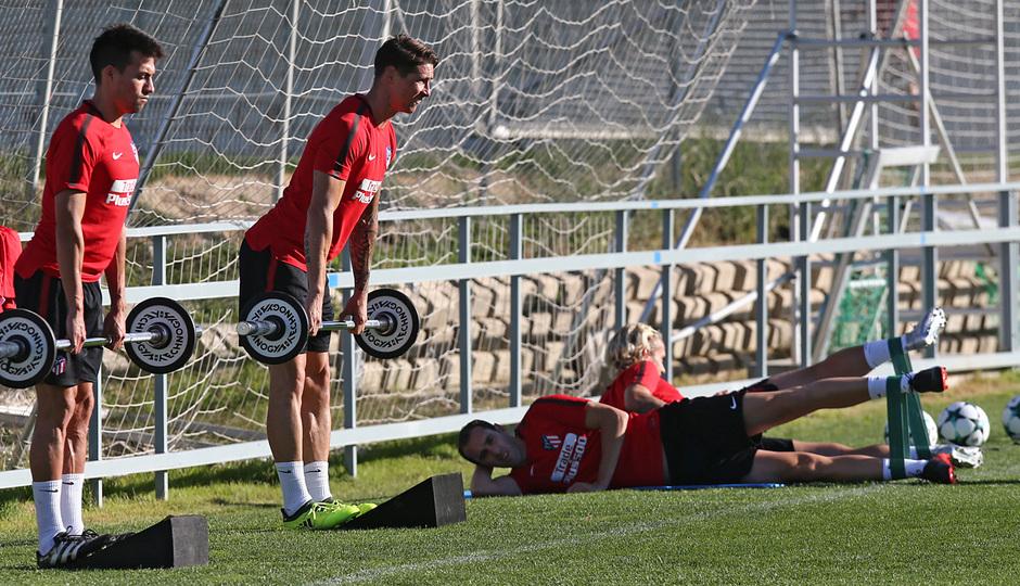 temporada 17/18. Entrenamiento en la ciudad deportiva Wanda.  Torres y Gaitán realizando ejercicios físicos durante el entrenamiento