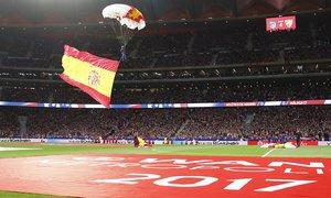 Inauguración. Espectacular imagen de la patrulla Acrobática de Paracaidismo del @EjercitoAire en el estreno del Wanda Metropolitano