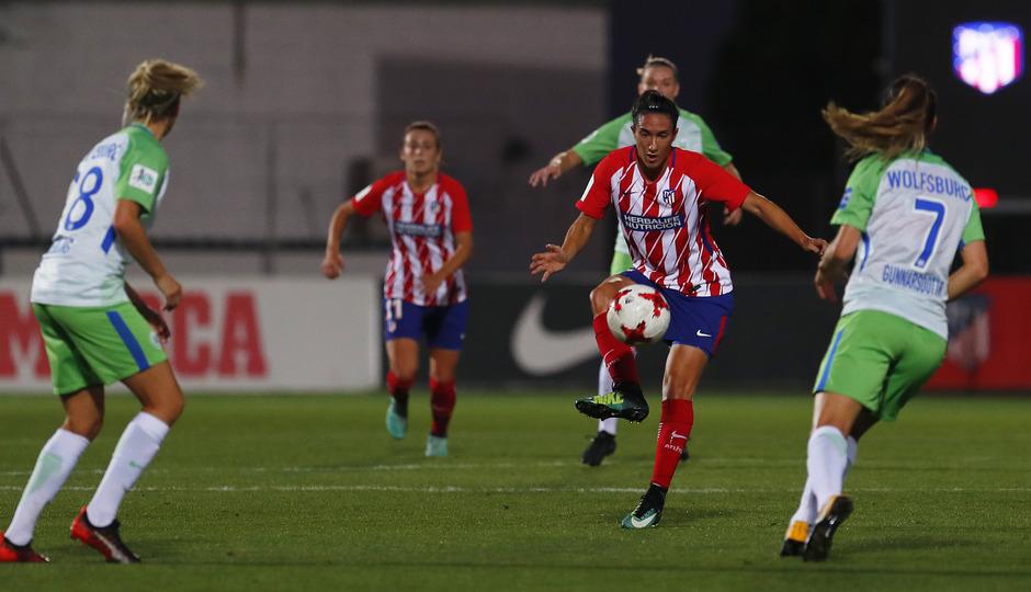 Temporada 17/18. Partido entre el Atlético de Madrid Femenino contra el Wolfsburgo. Meseguer da un pase.