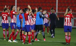 Temporada 17/18. Partido entre el Atlético de Madrid Femenino contra el Wolfsburgo. Las jugadoras agradecen a la afición.