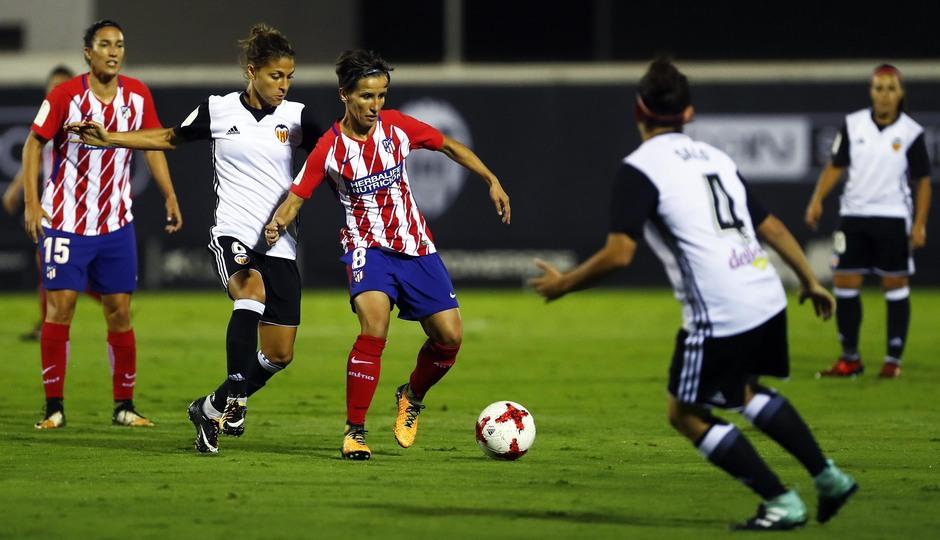 Temporada 17/18. Partido entre el Valencia Femenino contra el Atlético de Madrid Femenino. Sonia protege el balón.