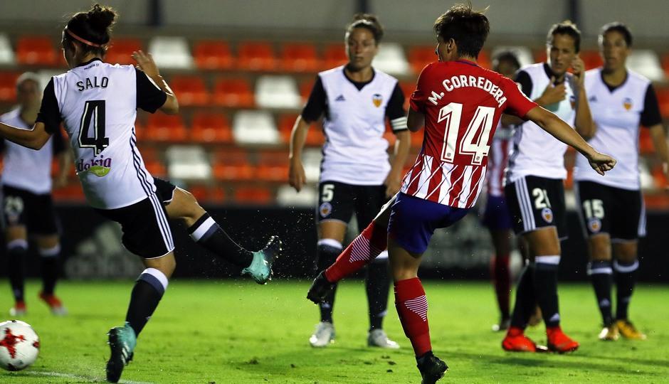 Temporada 17/18. Partido entre el Valencia Femenino contra el Atlético de Madrid Femenino. Corredera remata y marca gol.