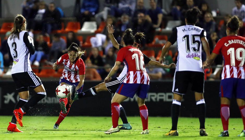 Temporada 17/18. Partido entre el Valencia Femenino contra el Atlético de Madrid Femenino. Esther tira a puerta.