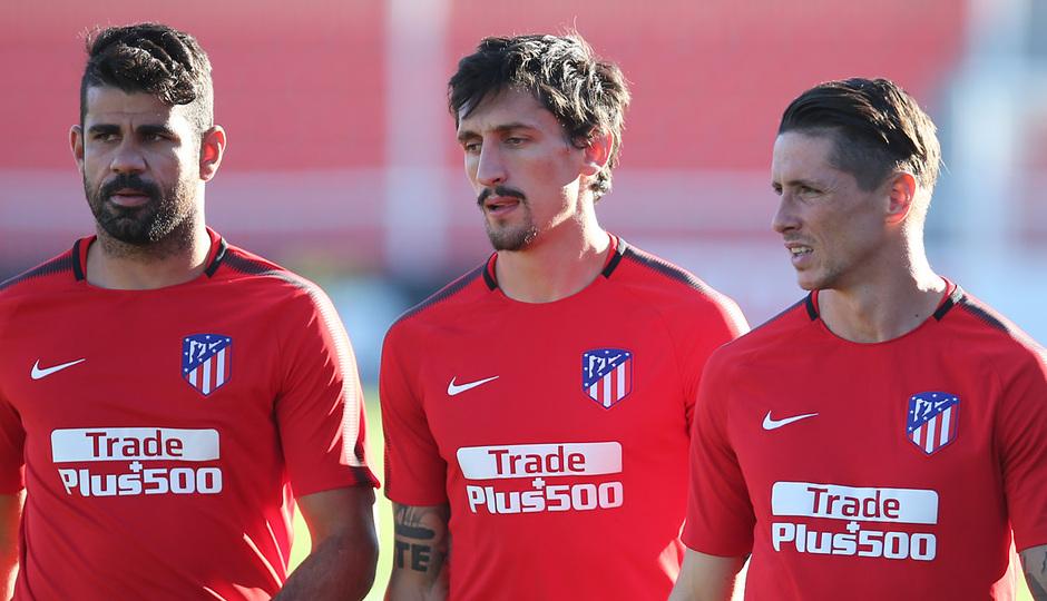 temporada 17/18. Entrenamiento en la ciudad deportiva Wanda. Costa Savic y Torres durante el entrenamiento
