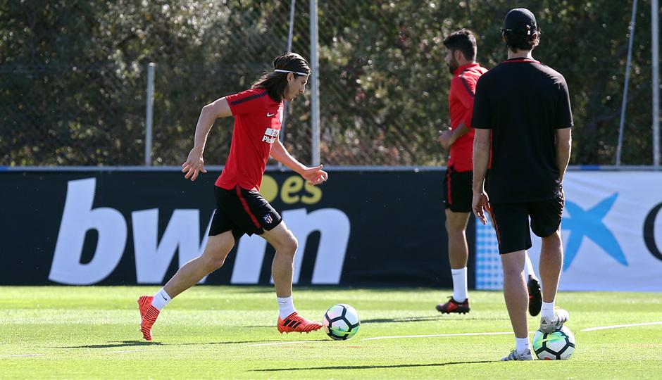 temporada 17/18. Entrenamiento en la ciudad deportiva Wanda. Filipe realizando ejercicios con balón durante el entrenamiento