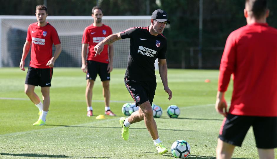 temporada 17/18. Entrenamiento en la ciudad deportiva Wanda. Simeone realizando ejercicios con balón durante el entrenamiento