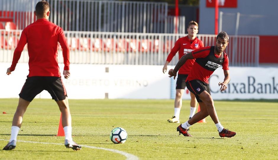 Temporada 17/18. Entrenamiento en la ciudad deportiva Wanda Atlético de Madrid 11_10_2017. Augusto recibe un pase.
