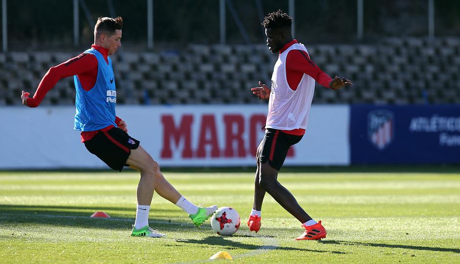 temporada 17/18. Entrenamiento en la ciudad deportiva Wanda. Thomas y Torres realizando ejercicios con balón durante el entrenamiento
