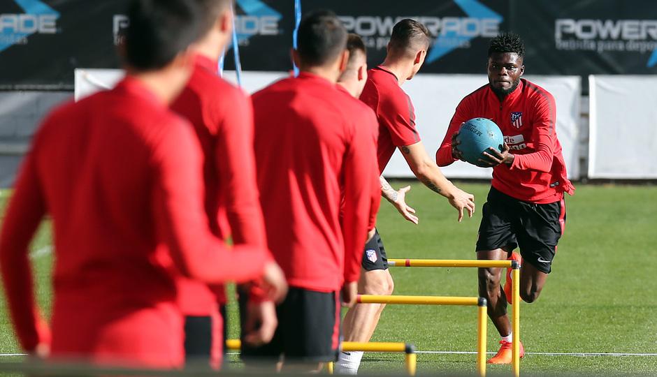 temporada 17/18. Entrenamiento en la ciudad deportiva Wanda.  Thomas realizando ejercicios con balón durante el entrenamiento