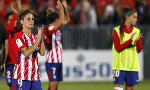 Temporada 17/18. Partido entre el Atlético de Madrid Femenino contra FC Barcelona. Esther y compañía saluda a la afición.