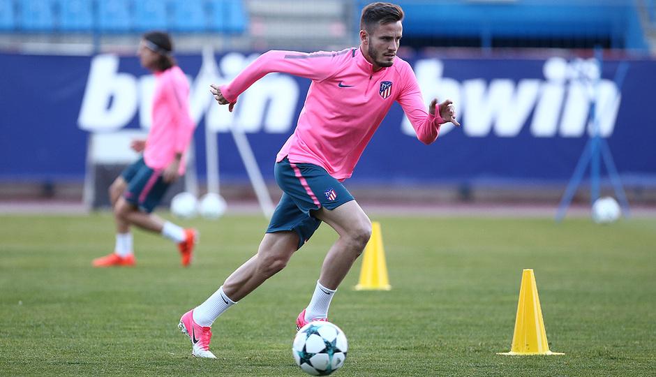 Temporada 17/18. Entrenamiento en el estadio Vicente Calderón. Saúl con el balón durante el entrenamiento