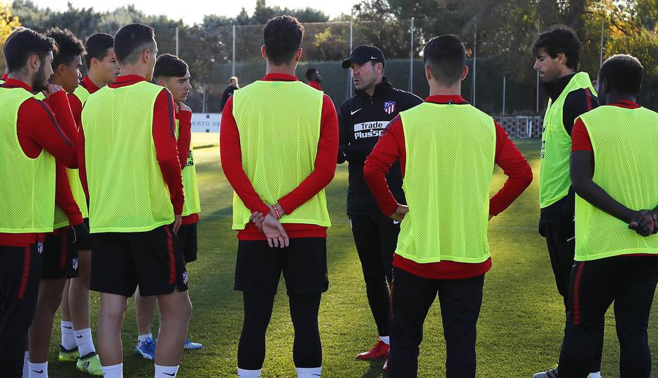 Temporada 17/18. Entrenamiento en la ciudad deportiva Wanda Atlético de Madrid 10_11_2017. Simeone con los juveniles.