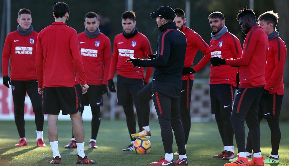 temporada 17/18. Entrenamiento en la ciudad deportiva Wanda. Jugadores escuchando a Simeone durante el entrenamiento