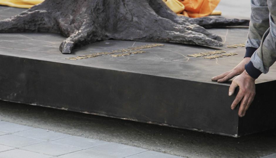 Colocación estatua Oso y Madroño en el Wanda Metropolitano.