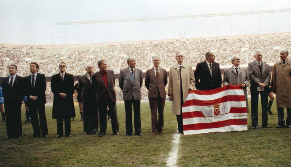 Imagen de ex jugadores rojiblancos en el 50 aniversario del Atlético Aviación, el 11 de febrero de 1990 en el Calderón. Collar es el primero por la izquierda