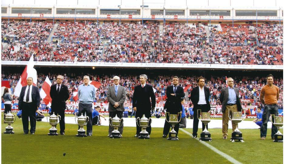 Homenaje a los campeones de Copa tras la conquista de la Décima. Collar posa en el Calderón el primero por la izquierda con la Copa de 1960