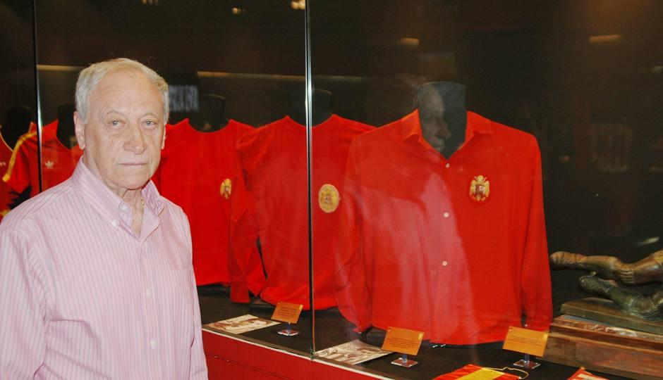 Peiró posa ante la camisa de la selección española que donó al Museo rojiblanco en el Calderón y que figura entre las camisetas históricas de internacionales rojiblancos