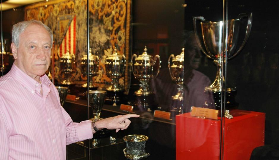 Joaquín Peirró muestra en el Museo del Calderón la Recopa de Europa que conquistó con el Atlético de Madrid en Stuttgart frente a la Fiorentina