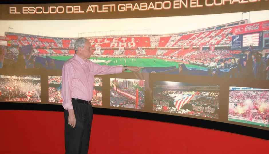 Peiró, en el Museo del Atlético de Madrid, junto a la foto del día del Centenario y otras en homenaje a la afición rojiblanca