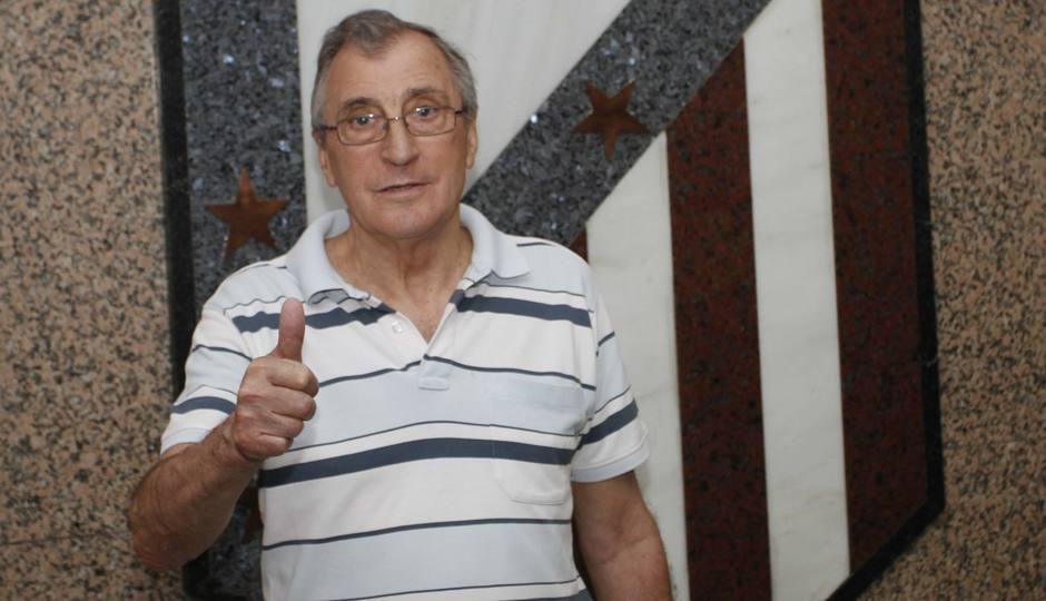 José Armando Ufarte, uno de los mejores extremos, posa en la actualidad junto al escudo del club en el Calderón