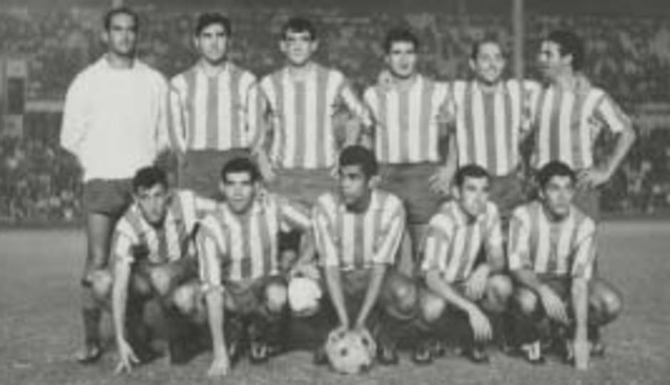 Once del Atlético de Madrid en el que aparece Ufarte agachado el primero por la izquierda, junto a Luis, Mendonça, Adelardo y Collar