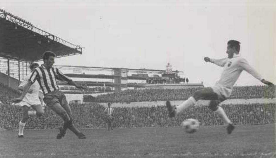 Ufarte, veloz siempre en sus internadas por la banda derecha, centra ante la oposición de un defensa del Valencia en el Metropolitano