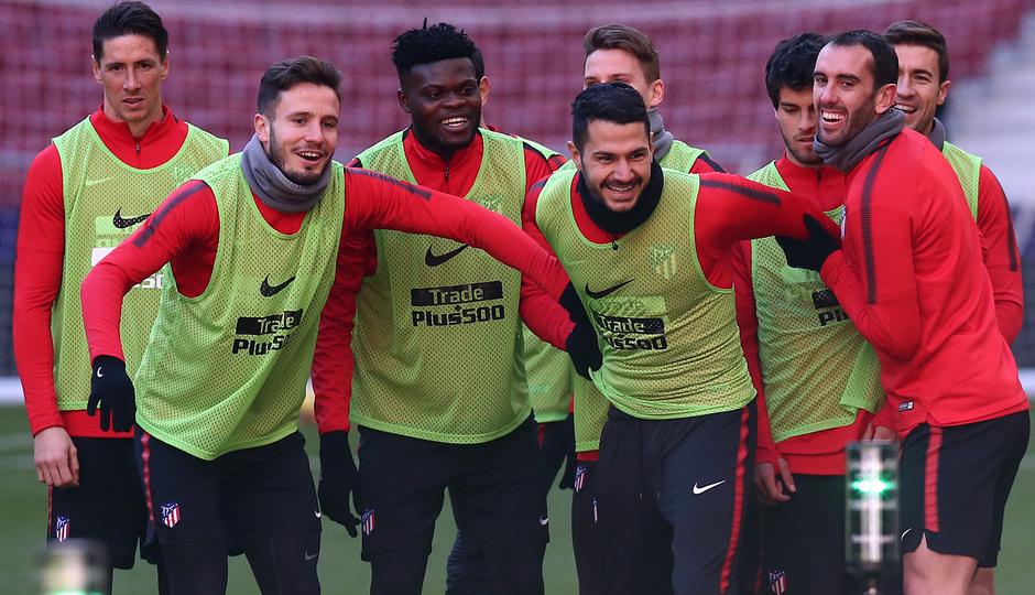 temporada 17/18. Entrenamiento en el Wanda Metropolitano. Vitolo y Godín durante el entramiento