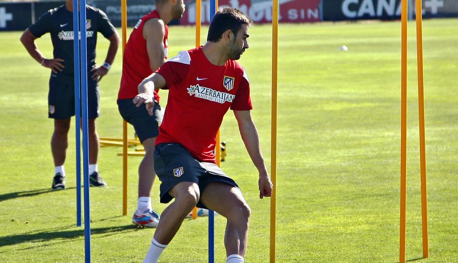 Temporada 2013-14. Adrián sortea unas picas durante un entrenamiento de la pretemporada