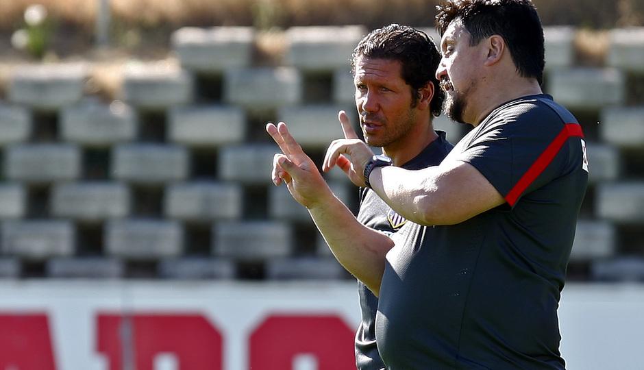 Temporada 13/14. Simeone y Germán Burgos dialogan durante un entrenamiento