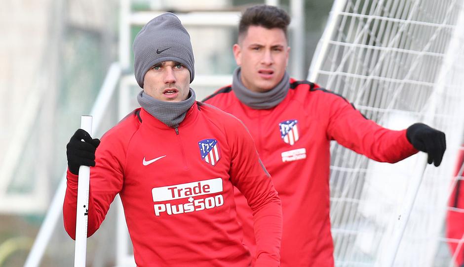 temporada 17/18. Entrenamiento en la ciudad deportiva Wanda. Griezmann y Giménez durante el entrenamiento.