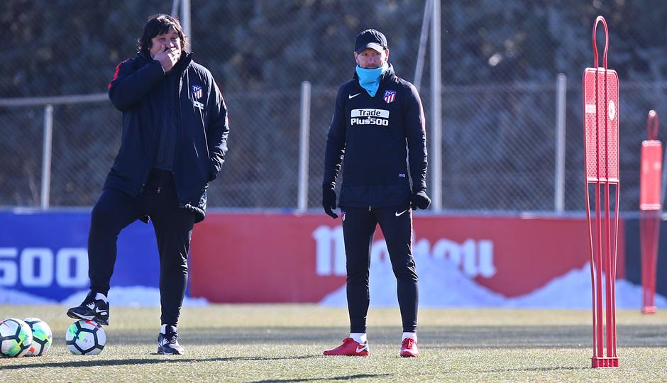 temporada 17/18. Entrenamiento en la ciudad deportiva Wanda. Simeone y Burgos  durante el entrenamiento.