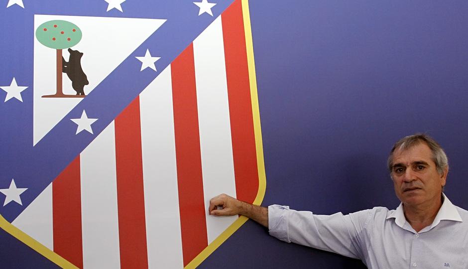 Marcelino señala el escudo del Atlético de Madrid en su visita al Estadio Vicente Calderón