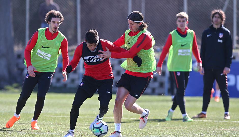 temporada 17/18. Entrenamiento en la ciudad deportiva Wanda. Filipe y Gaitán durante el entrenamiento.