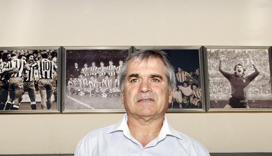 Marcelino posa delante de las fotografías del palco VIP del Vicente Calderón