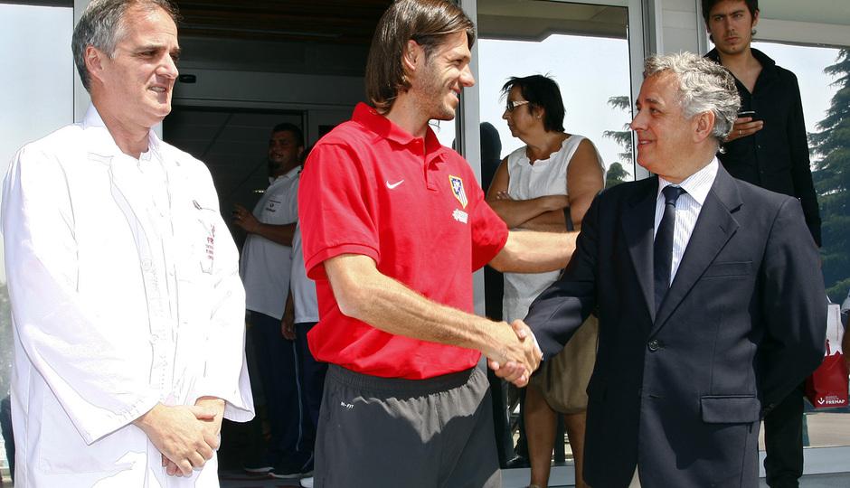 Temporada 2013/2014 Martín Demichelis saludando a los médicos