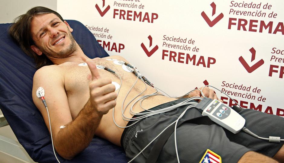 Temporada 2013/2014 Martín Demichelis levantando el pulgar en el reconocimiento médico