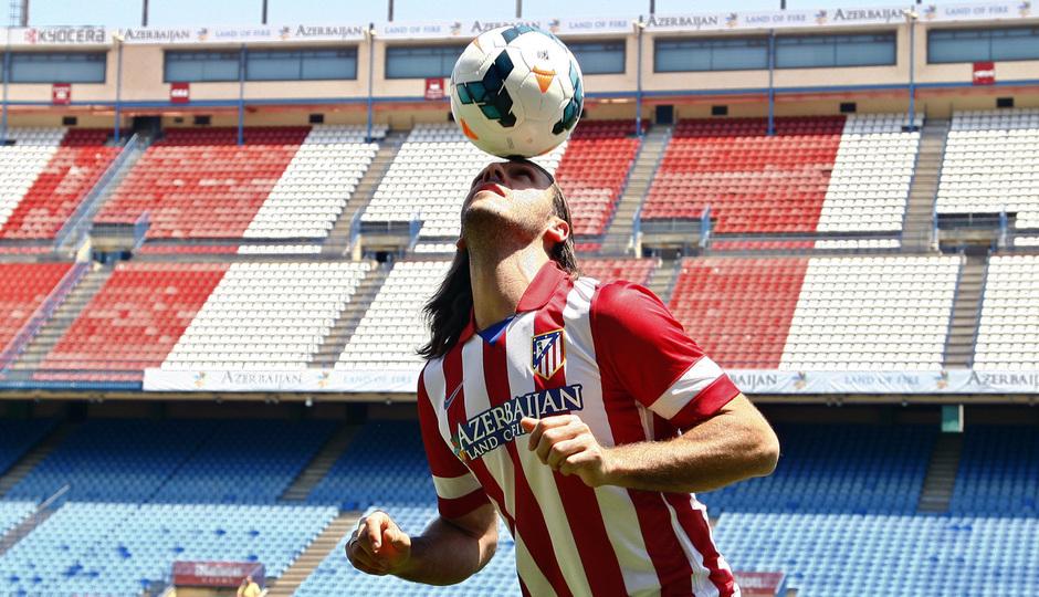 Temporada 13/14. Presentación Martín Demichelis. Estadio Vicente Calderón. Dando toques de cabeza