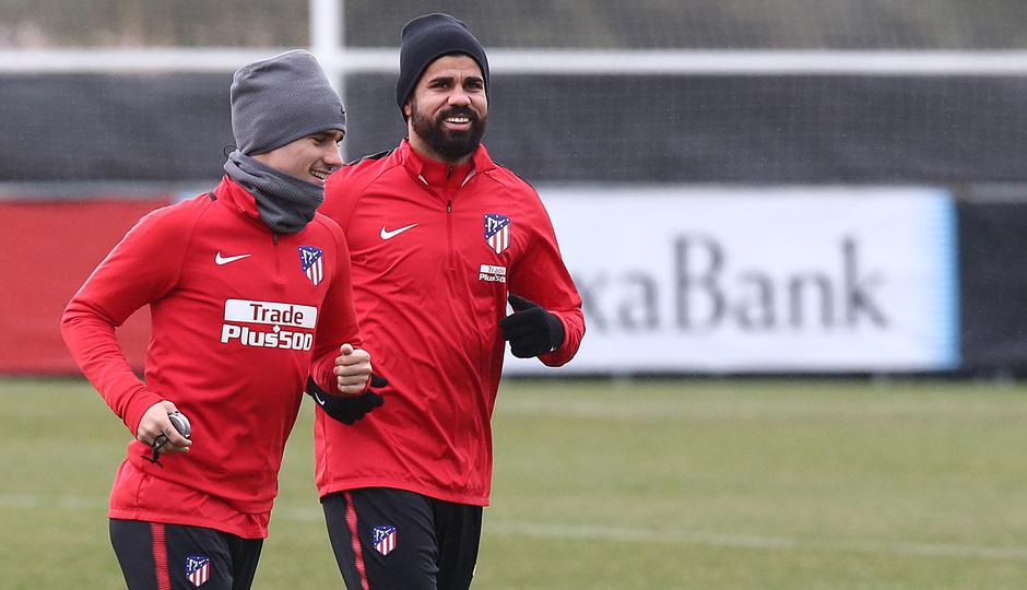 temporada 17/18. Entrenamiento en la ciudad deportiva Wanda. Costa y Griezmann durante el entrenamiento