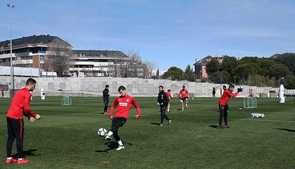 temporada 17/18. Entrenamiento en la ciudad deportiva Wanda. Jugadores realizando ejercicios con balón durante el entrenamiento