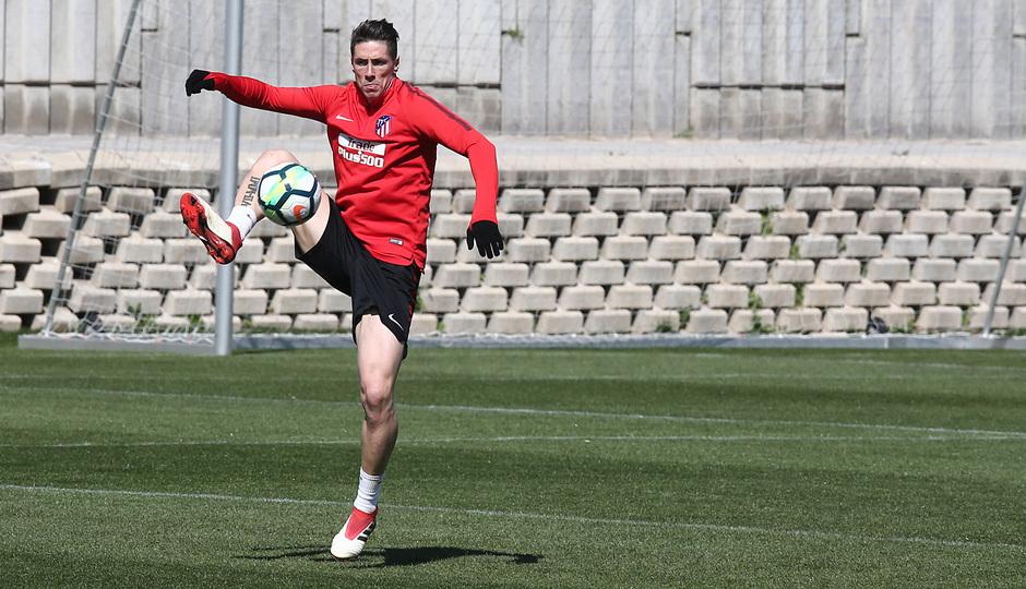 temporada 17/18. Entrenamiento en la ciudad deportiva Wanda. Torres realizando ejercicios con balón durante el entrenamiento