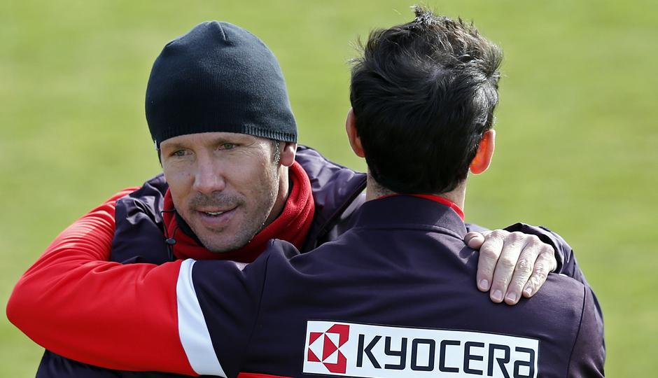Simeone abraza a Juanfran